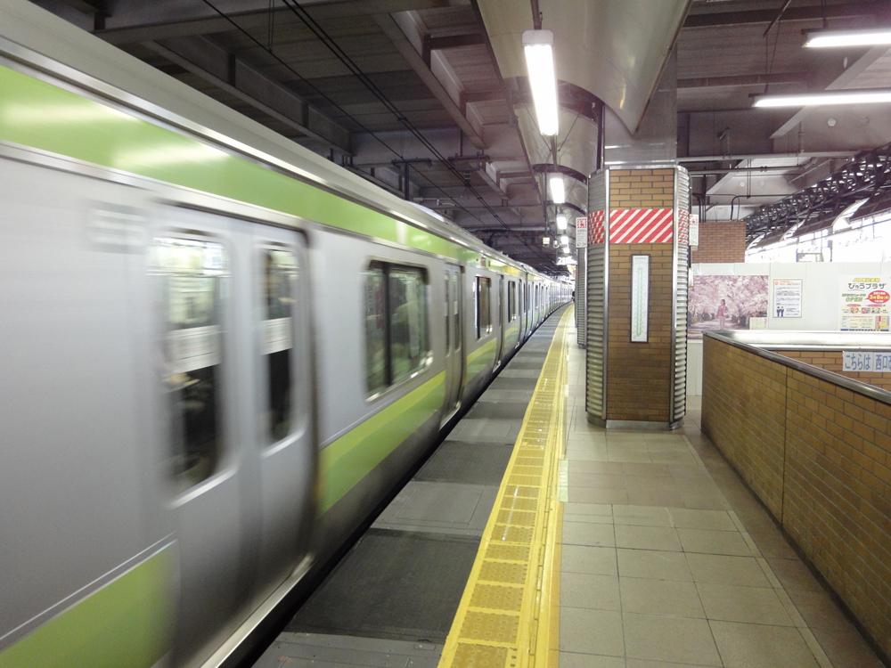 恵比寿駅ホーム(電車進入中)