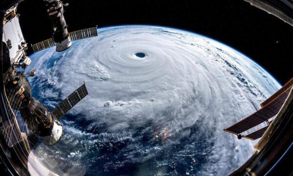 国際宇宙ステーションから撮影された台風24号(ESA・NASA提供=ロイター)