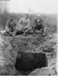 遼陽陸軍兵站病院敷地内の発掘現場。右が鳥居